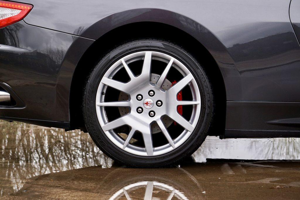 Come pulire gli pneumatici dell'automobile
