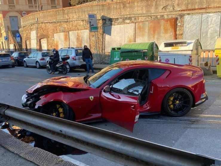 Ferrari superfast distrutta