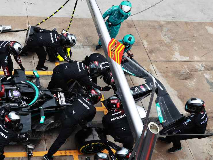 Lewis Hamilton ai box (Getty Images)