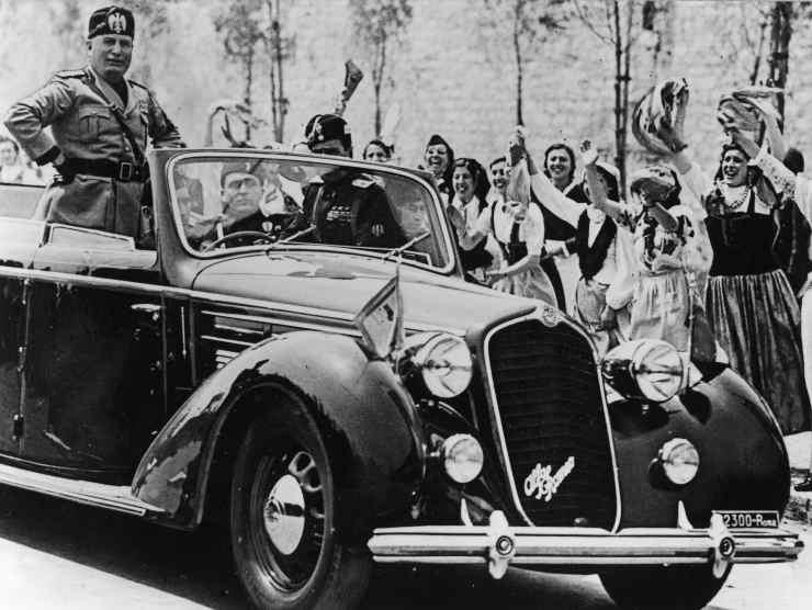 Benito Mussolini in sfilata (Getty Images)