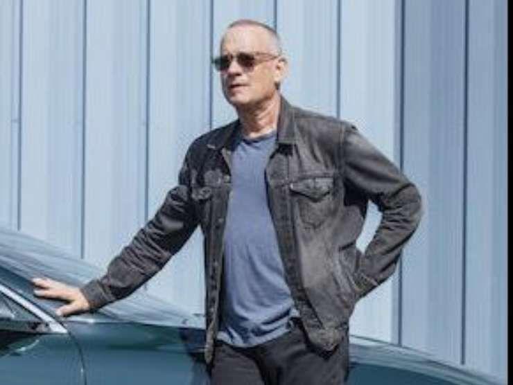 Tom Hanks con l'auto in vendita (Bonhams)