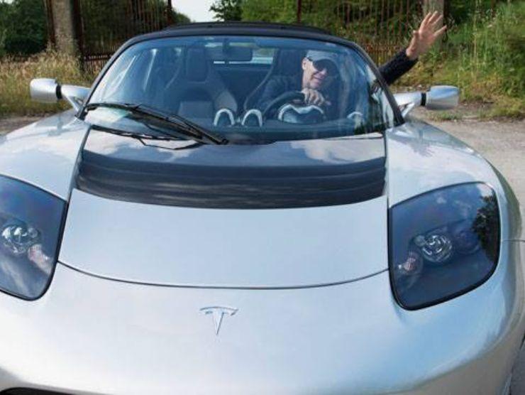 Vasco Rossi e la sua Tesla Roadster (greenstart.it)