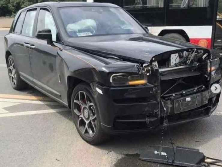 """Distrugge una Rolls-Royce da 400mila euro """"appena"""" ritirata dal concessionario"""
