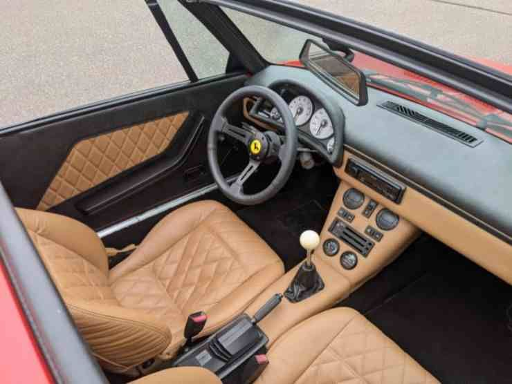 Gli interni della Fiat X1/9 in vendita (Bring Trailer)