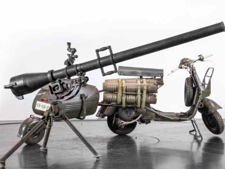 Avete mai visto la Vespa Piaggio di Rambo? Esiste davvero ed è pronta per la guerra