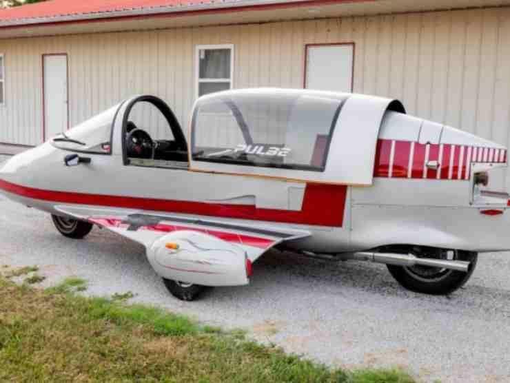 Ha la forma di un aereo, 4 ruote, e il motore di una motocicletta: non è un rebus ed esiste davvero